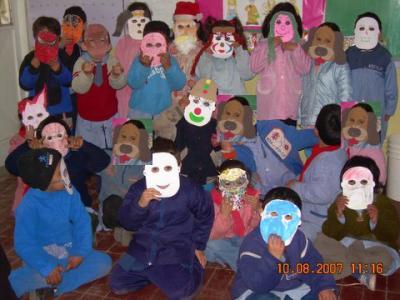 Los chicos de jardincito juegan con las máscaras